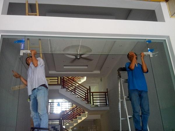 Cách tự khắc phục cửa kính cường lực bị xệ ngay tại nhà