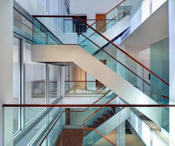 cầu thang kính dạng không trụ tay vịn gỗ