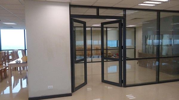 Lắp đặt cửa đi nhôm kính  2 cánh cho ngôi nhà hiện đại
