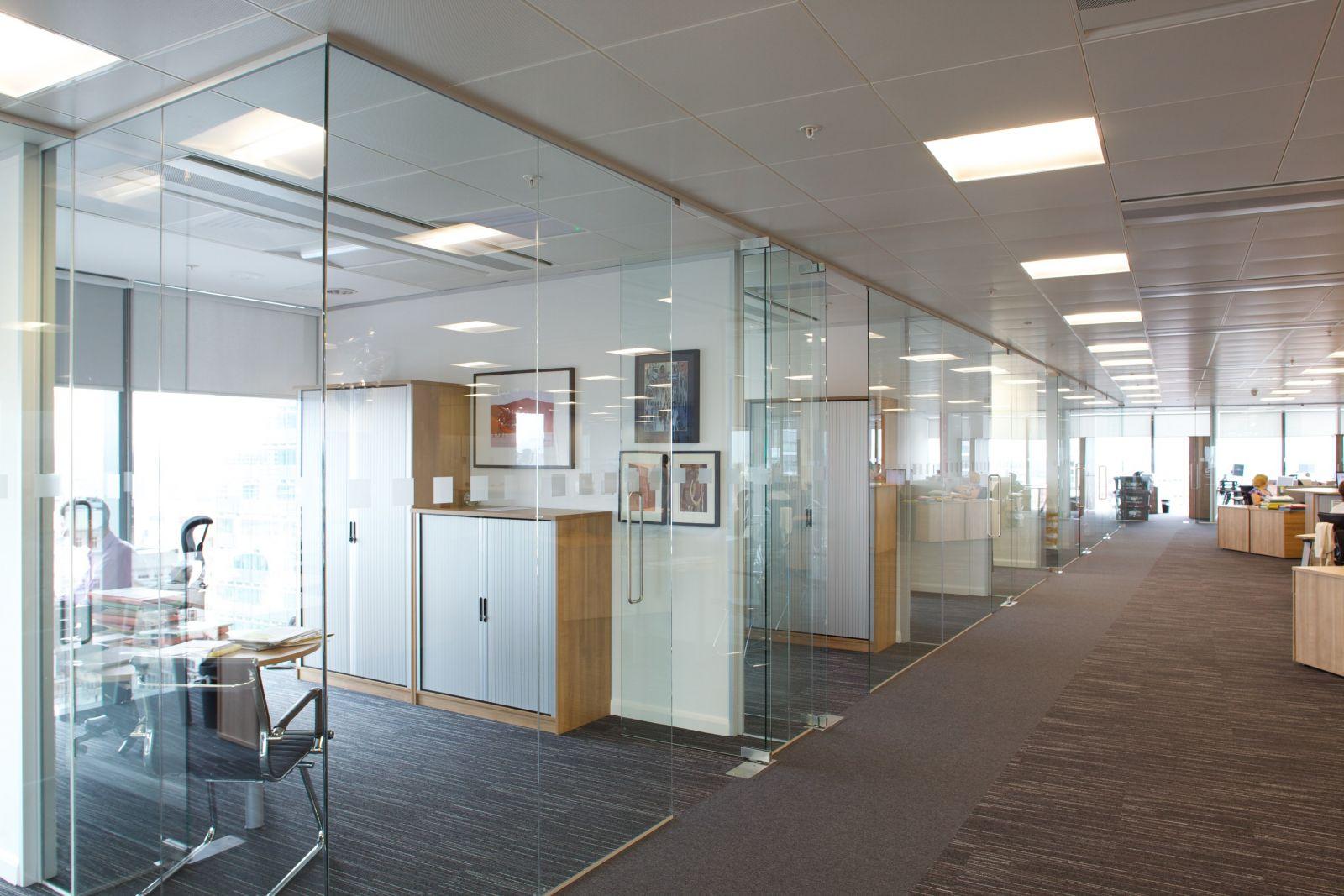 Lợi ích của kính cường lực trong thiết kế văn phòng