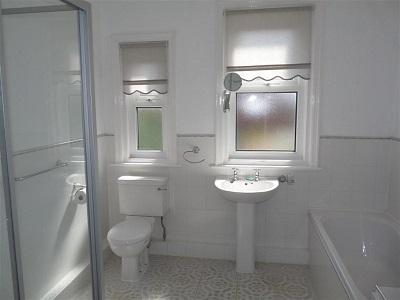Vì sao nên chọn cửa nhựa lõi thép cho phòng tắm?