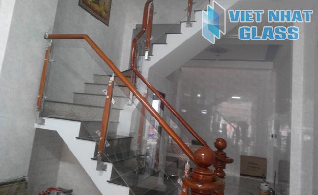 Cầu thang kính cường lực 18