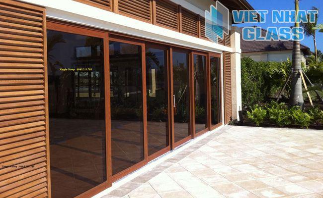 Cửa nhôm kính vân gỗ tô điểm thêm cho không gian sang trọng